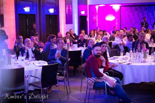 Frankfurt, Gäste hören unserer Partyband zu