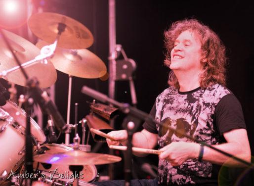 Schlagzeuger Mario Brueninghaus beim Maifest Grefrath, live und mit Power
