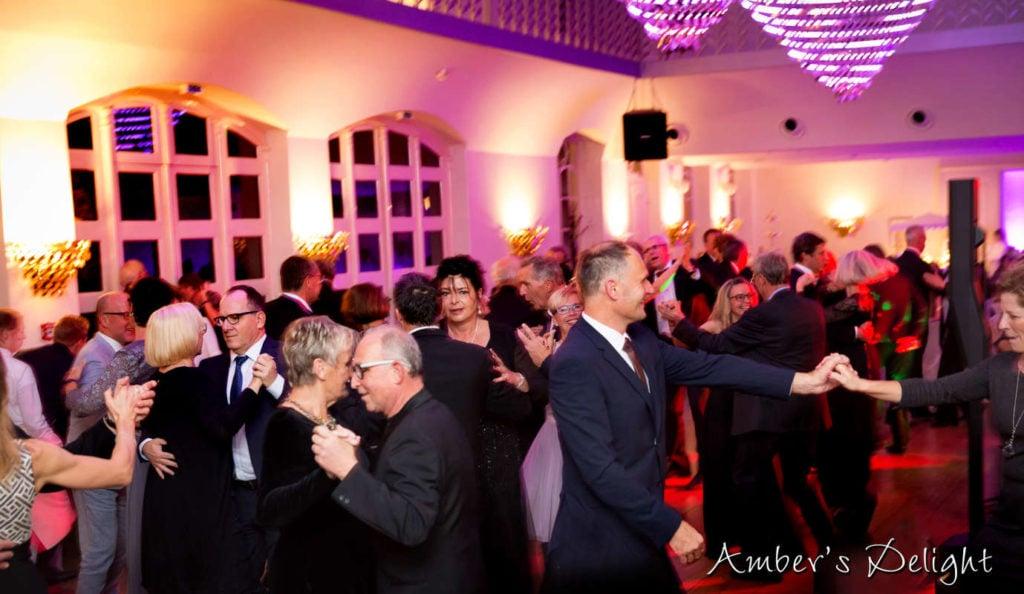 Tanzende Gaeste, Tanzball mit Live Band Ambers Delight im Schloss Gartrop Huenxe