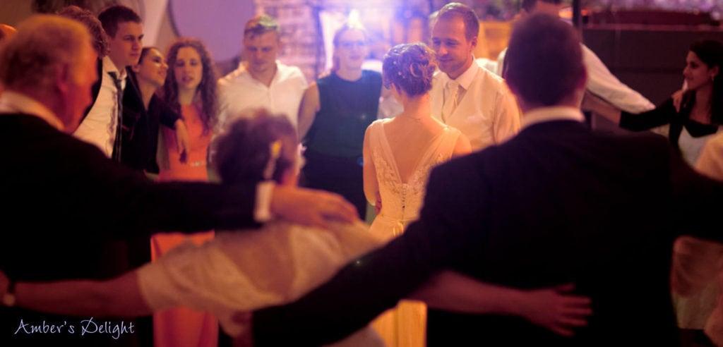 Brautpaar Von Gästen Umringt Llivemusik 8403